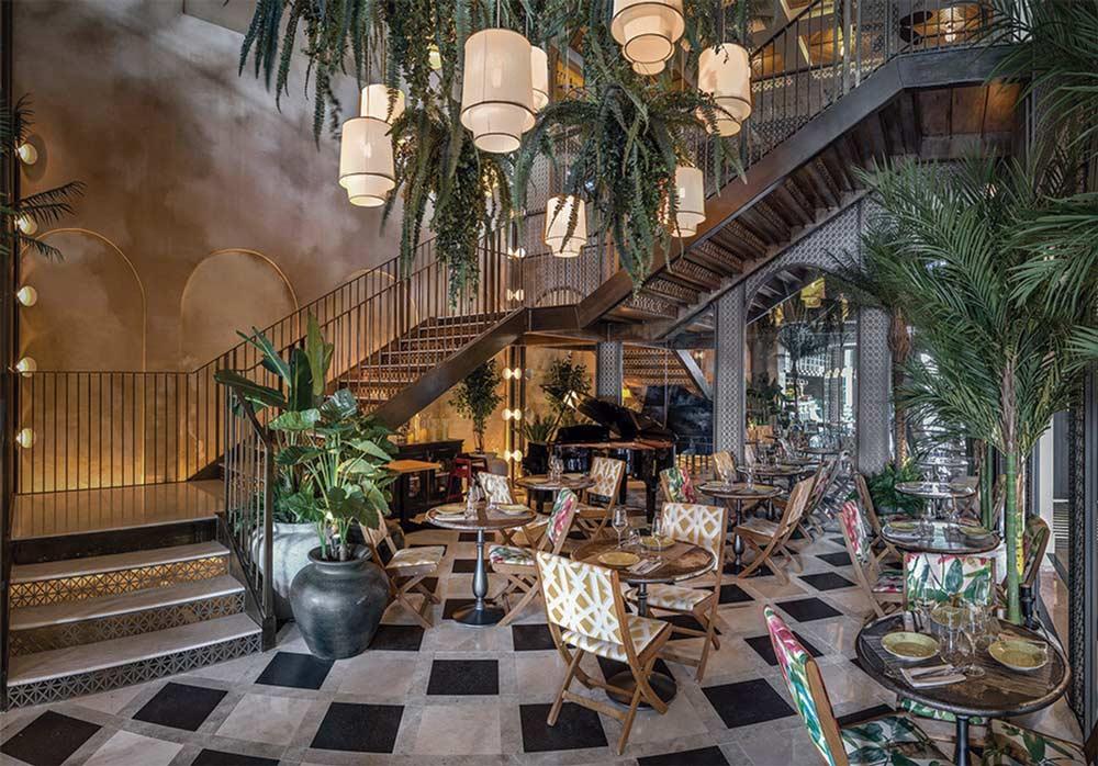 Ejemplo de propuesta de interiorismo en la zona común en un hotel, decoración colonial, predominio de vegetación y estructura neoclasica