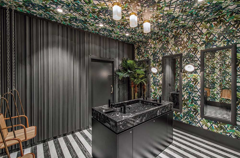 Predominio de la temática vegetal en un baño de inspiración tropical