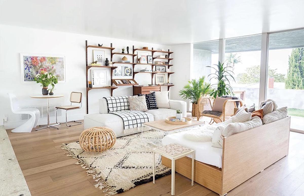 Salón de inspiración escandifornian con elementos de decoración vintage