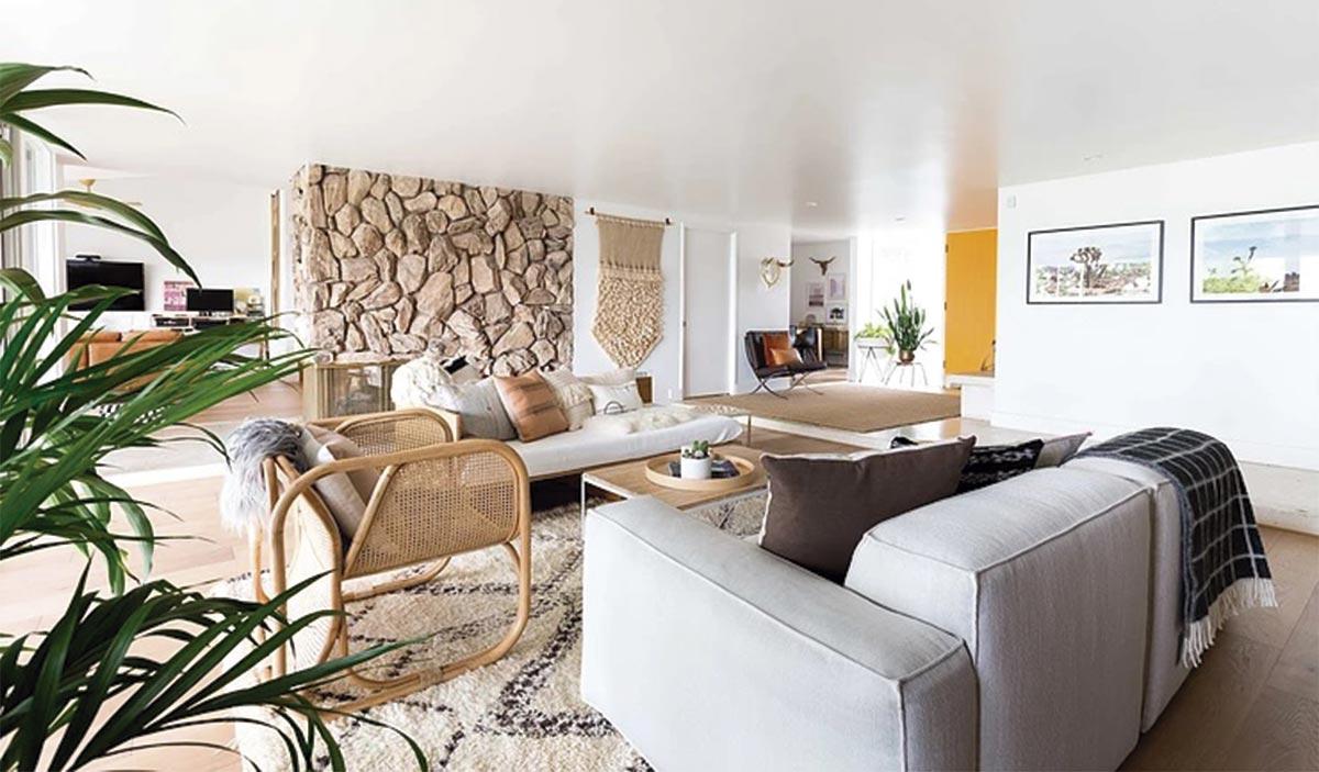 Espacio de salón de concepto abierto en el uqe se incluyen elementos de decoración étnicos y vintage