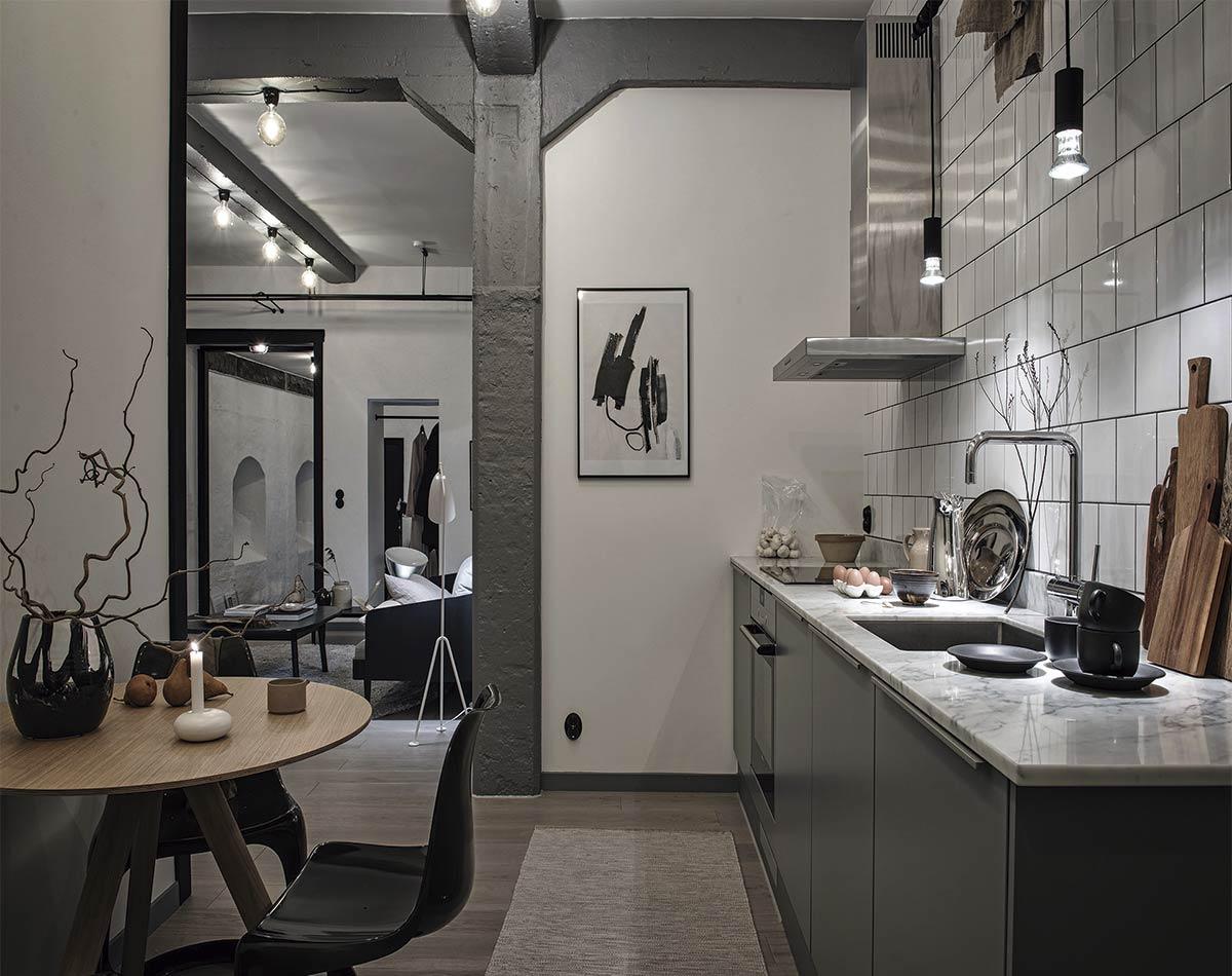 Elementos de decoración industrial y predominio de grises combinados con madera