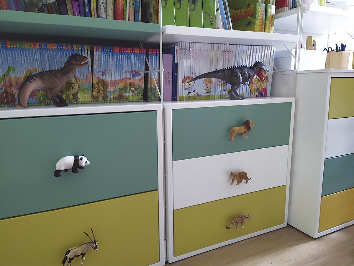 Cajoneras y escritorio de diseño y fabricación MUN para decoración de habitación infantil a medida