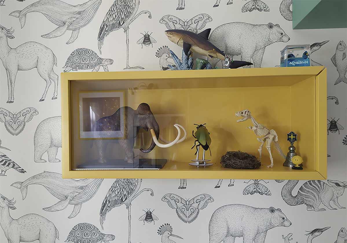 Detalle decorativo de las vitrinas a medida en la habitación infantil
