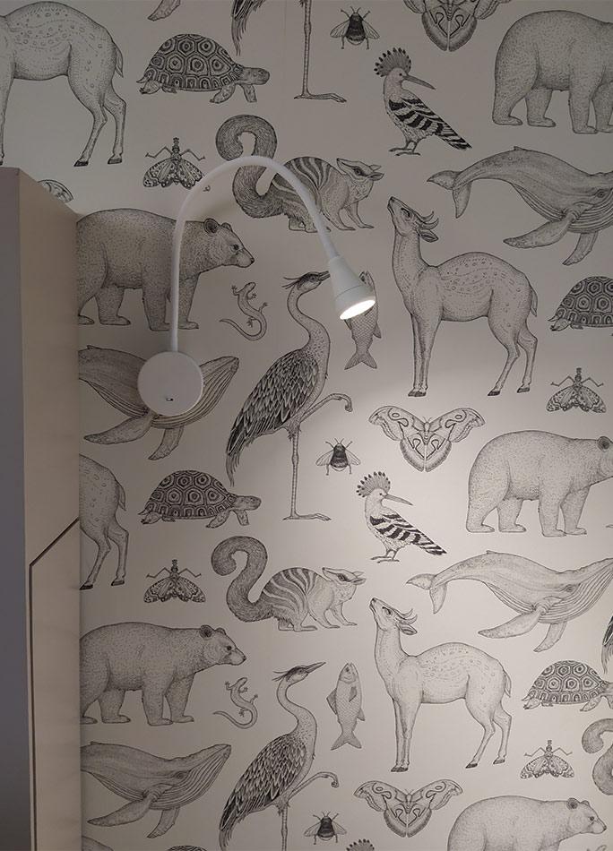 Detalle de la decoración con papel pintado en la habitación infantil