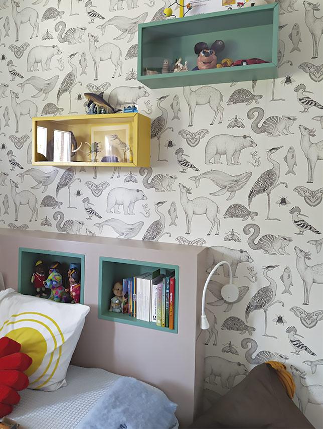Rincón de lectura y vitrinas exposición infantiles a medida