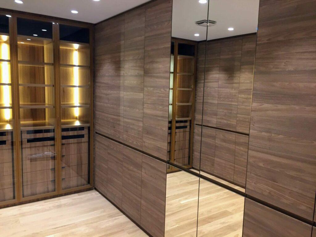 armario vestidor con espacios de puerta acristalada y espacios de puerta cerrada