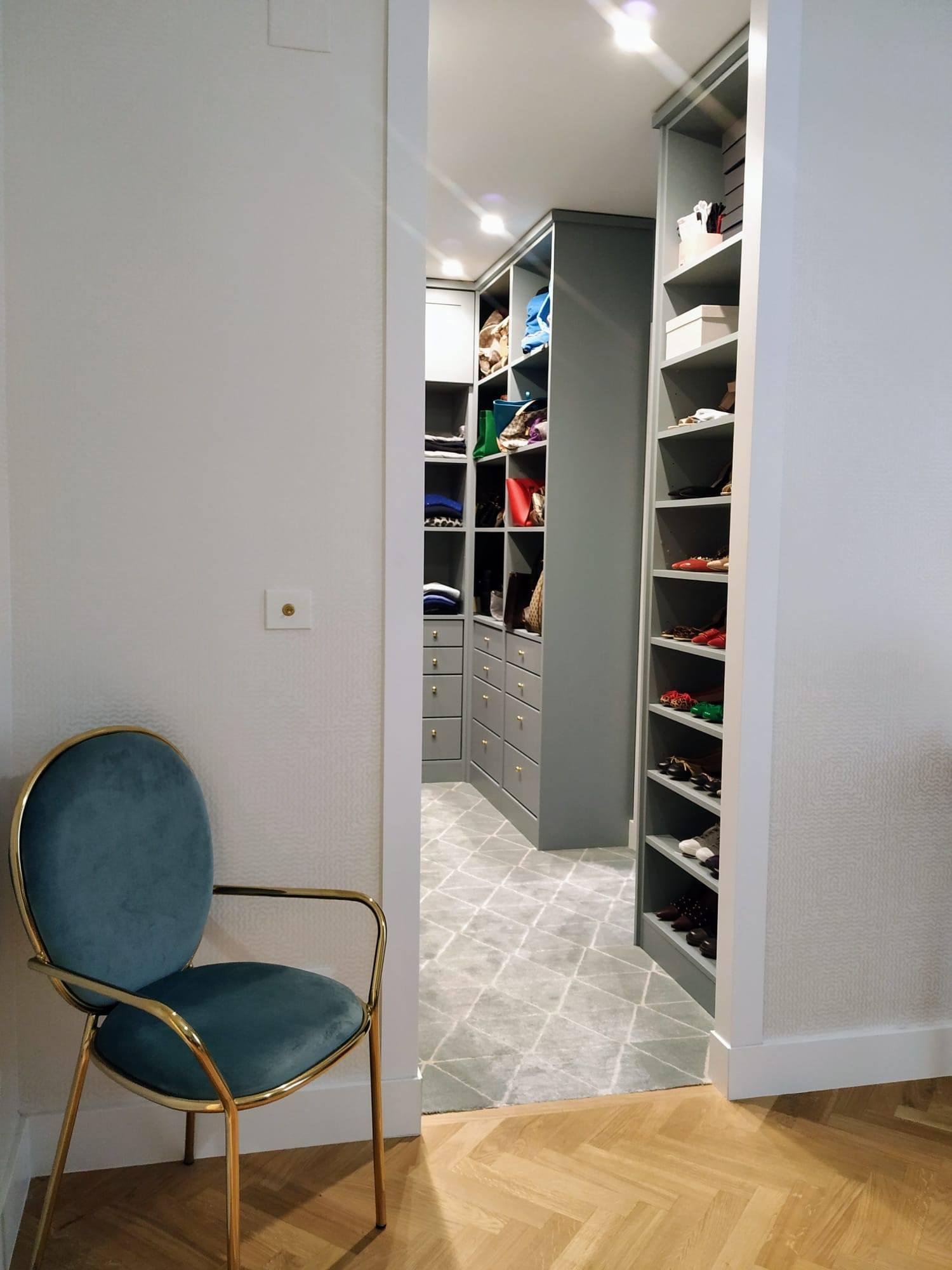 armario vestidor perfecto diseñado por Mun Interiorismo para la zona de paso entre dormitorio y baño