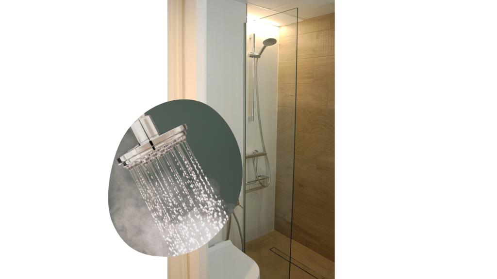 mampara de separación en cristal transparente en baño reformado