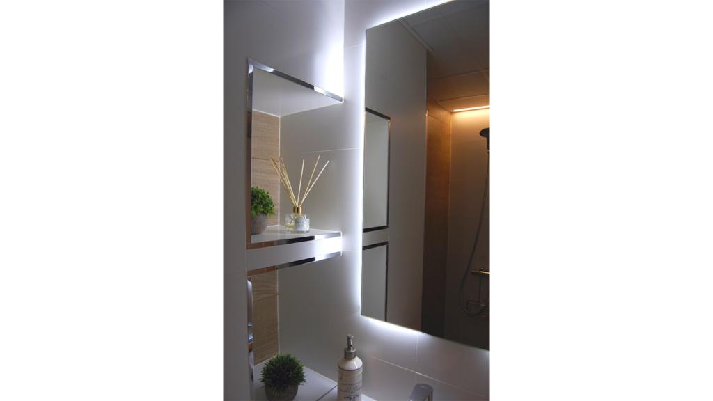 solución de almacenaje con estantería de obra integrada en reforma de baño