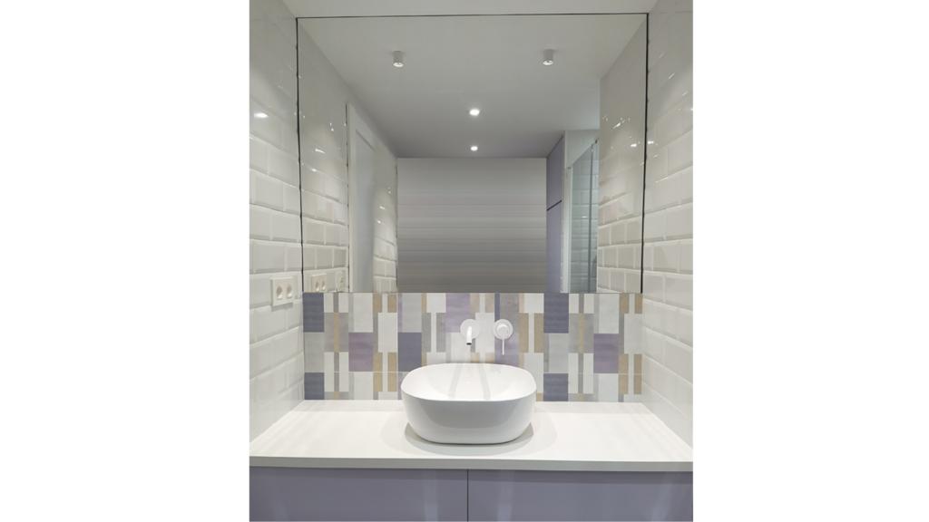 reforma de baño MUN con espejo de pared a pared